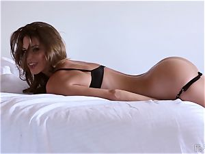 sensual Amber Sym gives an outstanding getting off spectacle